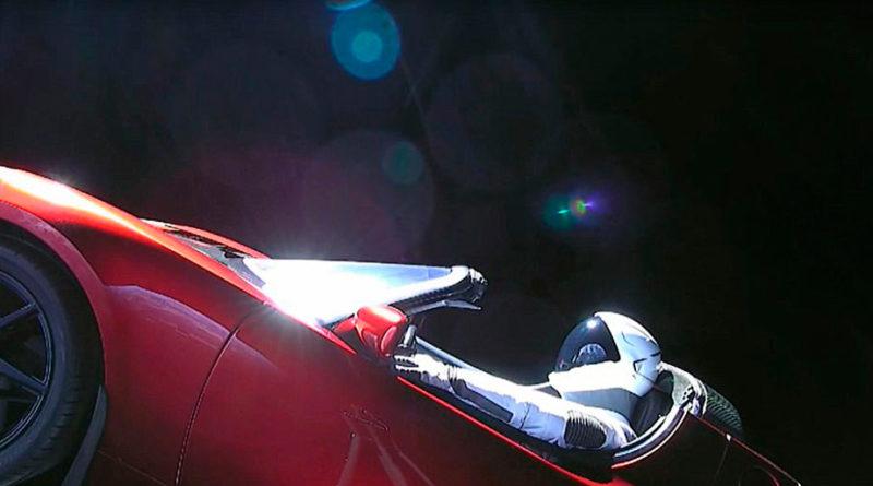 Space X lanza un coche con pasajero al espacio